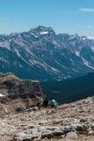 Le giovani coppie ammirano il paesaggio italiano delle alpi delle dolomia Fotografie Stock