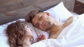 Le giovani coppie a casa weekend insieme a casa il sonno di concetto stock footage