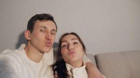 Le giovani coppie a casa weekend insieme prendendo le foto del selfie allegre stock footage