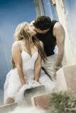 Le giovani coppie che baciano sulle scale del blu hanno dipinto la costruzione Immagini Stock Libere da Diritti