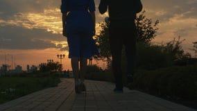 Le giovani coppie che camminano in autunno parcheggiano durante archivi video