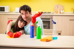 Le giovani coppie che lavorano alla cucina fotografia stock libera da diritti