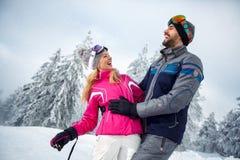 Le giovani coppie che si divertono sull'inverno vacation sulla montagna Immagine Stock