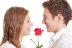 Le giovani coppie con colore rosso sono aumentato Fotografia Stock Libera da Diritti