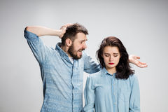 Le giovani coppie con differenti emozioni durante il conflitto immagini stock