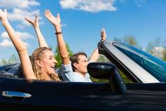 Le giovani coppie con il cabriolet in estate il giorno scattano Fotografia Stock Libera da Diritti
