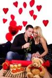 Le giovani coppie con sono aumentato Fotografia Stock Libera da Diritti
