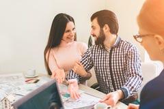 Le giovani coppie della famiglia acquistano il bene immobile della proprietà di affitto Agente che dà consultazione all'uomo ed a Fotografie Stock Libere da Diritti