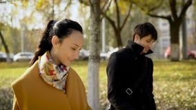 Le giovani coppie durante l'intervallo di pranzo hanno camminato intorno alla città video d archivio