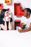 Le giovani coppie felici bevono il tè sulla cucina, svago Fotografia Stock Libera da Diritti