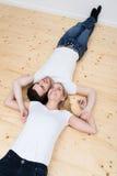 Le giovani coppie felici casuali si rilassano sulle loro parti posteriori Immagine Stock Libera da Diritti