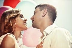 Le giovani coppie felici che abbracciano ed hanno voluto baciare il primo piano Immagini Stock