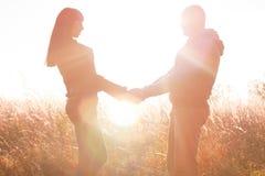 Le giovani coppie felici che giocano l'estate e la primavera di riposo del parco, aria fresca godono delle mani di ciascuno emozi Fotografie Stock Libere da Diritti