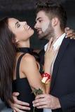 Le giovani coppie felici con sono aumentato Fotografia Stock
