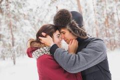 Le giovani coppie felici in inverno parcheggiano avere divertimento Fotografia Stock
