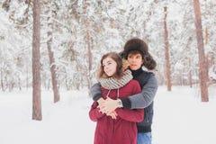 Le giovani coppie felici in inverno parcheggiano avere divertimento Famiglia all'aperto amore, giorno di S. Valentino Immagini Stock Libere da Diritti