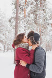 Le giovani coppie felici in inverno parcheggiano avere divertimento Famiglia all'aperto amore, giorno di S. Valentino Fotografie Stock