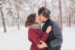 Le giovani coppie felici in inverno parcheggiano avere divertimento Famiglia all'aperto amore, giorno di S. Valentino Fotografia Stock