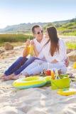 Le giovani coppie felici nell'amore all'estate fanno un picnic Fotografie Stock Libere da Diritti