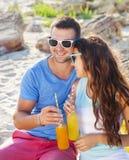 Le giovani coppie felici nell'amore all'estate fanno un picnic Fotografie Stock