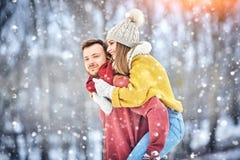 Le giovani coppie felici nell'inverno parcheggiano la risata e divertiresi Famiglia all'aperto immagini stock libere da diritti