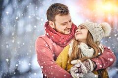 Le giovani coppie felici nell'inverno parcheggiano la risata e divertiresi Famiglia all'aperto immagine stock libera da diritti
