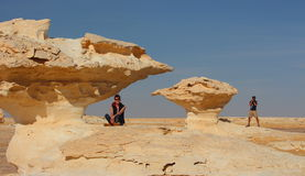 Le giovani coppie godono delle viste in mezzo al deserto bianco stupefacente Fotografie Stock
