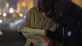 Le giovani coppie hanno perso in città e nella ricerca del modo, facente un giro turistico, vacanza all'estero archivi video