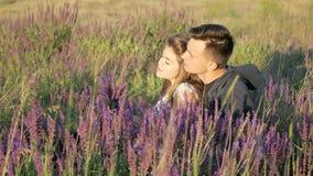 Le giovani coppie nei colori della molla sistemano archivi video