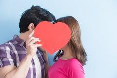 Le giovani coppie prendono il cuore immagini stock libere da diritti