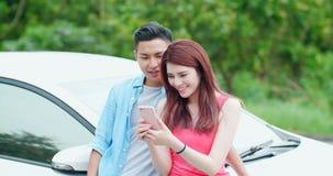 Le giovani coppie prendono un selfie fotografia stock