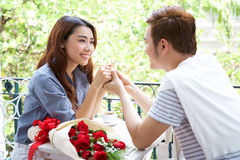 Le giovani coppie romantiche asiatiche godono del biglietto di S. Valentino Fotografia Stock Libera da Diritti