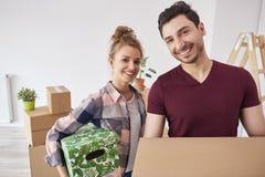 Le giovani coppie si muovono appena verso il loro nuovo appartamento fotografia stock libera da diritti