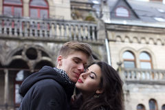 Le giovani coppie si prendono dalle mani sulla via Fotografia Stock