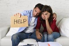 Le giovani coppie si sono preoccupate a casa nel cattivo sforzo finanziario di situazione che chiede l'aiuto Fotografie Stock