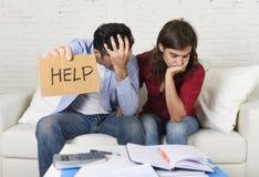 Le giovani coppie si sono preoccupate a casa nel cattivo sforzo finanziario di situazione che chiede l'aiuto Immagine Stock Libera da Diritti