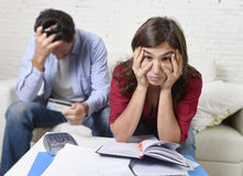 Le giovani coppie si sono preoccupate e disperato sui problemi dei soldi a casa nei pagamenti della banca di contabilità di sforz Immagini Stock