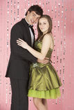 Le giovani coppie si sono vestite per il partito Fotografie Stock Libere da Diritti