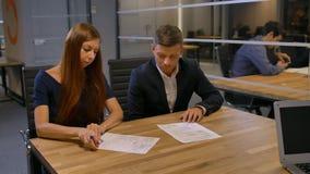 Le giovani coppie sposate vogliono firmare il contratto proficuo di ipoteca archivi video