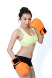 Le giovani donne asiatiche sexy dimagriscono la misura che indossa il pugilato arancio del guanto mezzo sul wh Fotografia Stock
