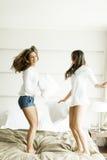 Le giovani donne che saltano nel letto Fotografia Stock Libera da Diritti