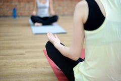 Le giovani donne fanno l'yoga all'interno Immagine Stock Libera da Diritti
