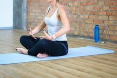 Le giovani donne fanno l'yoga all'interno Fotografia Stock Libera da Diritti