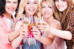 Le giovani donne felici hanno partito fotografie stock libere da diritti