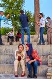 Le giovani donne iraniane stanno passando in rassegna le foto sullo smartphone, Ispahan, Fotografie Stock Libere da Diritti