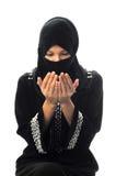 Le giovani donne musulmane pregano lo sguardo giù Fotografie Stock Libere da Diritti