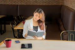 Le giovani donne stanno riferendo sulle loro intenzioni di affari e sono felici fotografie stock libere da diritti