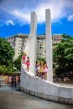 Le giovani donne in tutu luminoso fiancheggia la condizione al Vargas commemorativo di Getulio, vicinanza di Gloria a Carnaval 20 Fotografia Stock Libera da Diritti