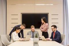 Le giovani persone di affari hanno riunione ad auditorium fotografie stock