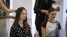 Le giovani ragazze belle preparano per photoshoot in studio video d archivio